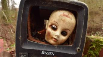 サバイバルホラー感覚を楽しめる珍スポット。古びた人形の頭部が点在する「ドールズ・ヘッド・トレイル」(アメリカ)