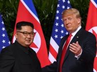 米朝首脳会談に臨むアメリカのドナルド・トランプ大統領(右)と北朝鮮の金正恩朝鮮労働党委員長(左)(写真:AFP/アフロ)
