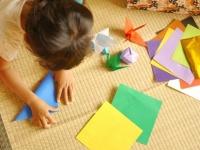 折り紙の代表はやっぱり鶴(画像はイメージ)