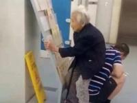 病院の待合室は込み合っており空席がなかった。息子は84歳の母親の為に椅子になった(中国)
