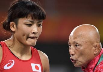 女子レスリングの伊調馨選手と栄和人強化本部長(AFP/アフロ)
