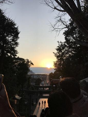 宮地嶽神社の参道と夕陽(「そらみみ」さん撮影、Wikimedia Commons