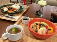 焼き野菜ショップ「ベジマイル」の「焼き野菜とグリルチキンプレート」(左上/780円)と「焼き野菜と海老・帆立のどんぶりプレート」(右下/880円)