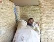 賞味期限切れのインスタントラーメン2000個を利用して、生まれてくる子供のためにプレイハウスを建てた男性(中国)