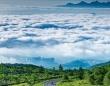 まるで天界からの眺め 雲海の下に広がる草津の街...群馬の幻想的な風景に見とれる