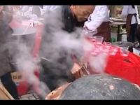 鉄鍋のフタの周りを赤土でふさいで蒸し煮にした豚足料理だが……