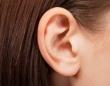 心音や血流、眼球の動きが絶えず聞こえる。非常に稀な症状を持つ女性。その原因は?(スコットランド)