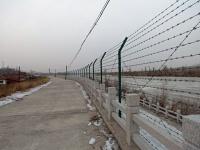 中朝国境は金網が続く