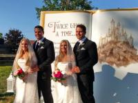 どっちがどっちで会場大混乱?お揃いの衣装に身を包んだ双子カップル、大勢の双子が見守る中で結婚式(アメリカ)