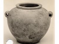 メトロポリタン美術館所蔵の岩石(おそらく硬質石灰岩)を削って作られた壺