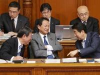 参院本会議で質問を聞く安倍晋三首相 左から茂木敏充経済再生相、麻生太郎財務相、安倍首相(写真:日刊現代/アフロ)