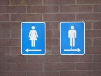 デート中、トイレに行った男性がこっそりしていること5つ