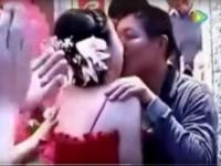 花嫁にキスする父親をはやし立てる招待客たち