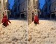 体半分が泡で埋まる。スペインの港町を襲った冬の嵐による「波の花」現象