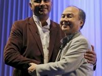 ニケシュ・アローラ氏(左)と孫正義氏(ロイター/アフロ)