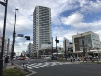 事故現場とされる、東京都中野区東中野2丁目、JR東中野駅前の交差点