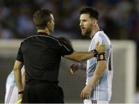 2018FIFAワールドカップ南米予選で副審に抗議するメッシ(AP/アフロ)
