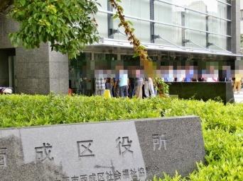 受給日に並ぶ人々(写真はイメージです)