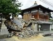 地震で茨木市の寺が崩れる(写真:日刊スポーツ/アフロ)