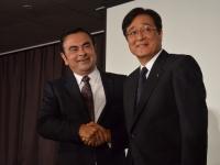 日産自動車・カルロス・ゴーン社長兼CEO(左)と三菱自動車・益子修会長兼CEO(右)