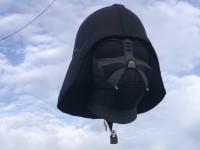 フォースの力?ダースベーダの巨大頭部が宙に浮く。ヨーロッパ最大級の熱気球イベント(イギリス)