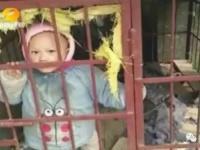 檻の隙間から外を見つめる男の子。この時期の湖南省は、かなり寒い