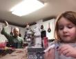 この父親、ノリノリである。娘の学校提出用動画と知らず、映り込みを狙って背後でダンス(アメリカ)