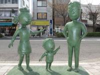 桜新町駅前に設置されているサザエさん一家の銅像(「Wikipedia」より)