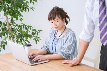 働きやすさを作るために 「オヤジ上司」をあしらい、利用する方法