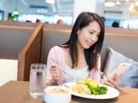 食事よりスマホに夢中!(depositphotos.com)