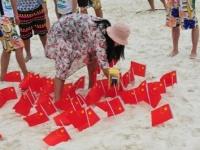 無数の中国国旗により、美しいビーチは一変