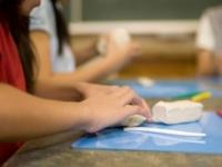 大学生に聞いた、小学校時代の図工の時間あるある8選「間違えて机を彫る」