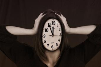 人は早く答えるよう急がされると、本心ではなく自分が良く思われるような答えを言ってしまう(米研究)