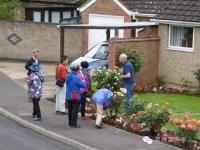 中には、庭仕事をしている住民に話しかけたり、ドアのベルを鳴らしたりする人も