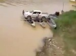 無茶すぎる…! カヌーに車を乗せて川を渡る!!