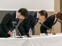 記者会見で謝罪するDeNAの守安功社長兼CEO(中央)ら(写真:Rodrigo Reyes Marin/アフロ)