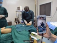手術室に入り整形手術の様子を撮影している。撮影しているスマホをよく見ると、視聴者から多くのコメントが寄せられている