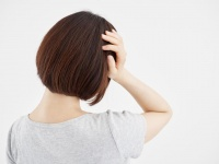 台風シーズン到来! 脳神経内科が実践する「台風頭痛」に効果的な頭のマッサージ(*画像はイメージです)
