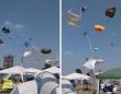 まさかの凧状態!野外音楽フェスでつむじ風が発生してテントが宙に舞いまくる(ドイツ)