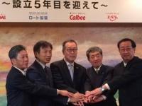 4社合同で開かれた「みちのく未来基金」の記者会見で手を合わせる、4社のトップと代表理事の長沼孝義氏