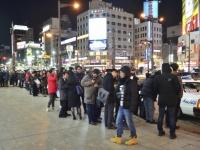 2月21日夜、地震発生後に札幌・すすきの交差点前でタクシーを待つ人たちの行列(写真:読売新聞/アフロ)