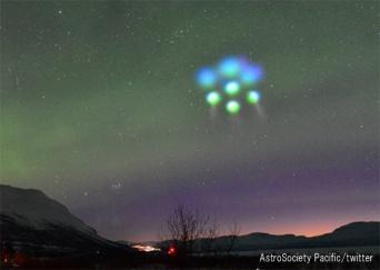 ノルウェーの夜空に謎の光と雲が発生。ついにヤツらの襲来か!?と思いきや、その原因が判明