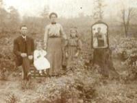 昔は自撮り写真を撮るのも大変だった。100年前の自撮り写真はこのように撮影されていた