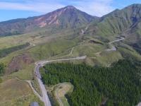 池の窪牧野よりドローンで撮影した阿蘇南登山道(写真は「南阿蘇の力」Facebookページより)