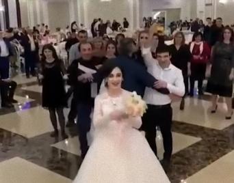 一方ロシアでは・・・花嫁のブーケ・トスがキャットファイトに発展