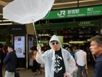 新宿駅南口に現れた台風男さん