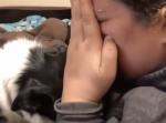 どうしたの?泣き真似をすると全力で慰めてくれる犬が優しすぎて泣ける
