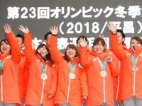 帰国報告会でのカーリング女子日本代表(写真:田村翔/アフロスポーツ)