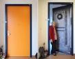 老人ホームで安心して暮らせるように。居室のドアを自宅のドアと同じ模様にできるドア装飾シートが注目を集める(オランダ)