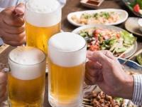 仕事の先輩or後輩とプライベートで遊んだり飲んだりする社会人は約3割! どっちが人気?